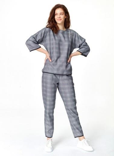 Mizalle Metal Aksesuarlı Ekose Bluz Lacivert
